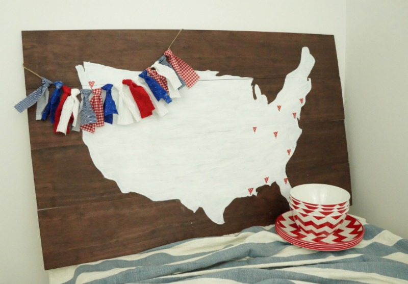 Follow this simple step-by-step tutorial to make your own fabric garland. Use red, white and blue fabrics to add a patriotic touch to your summer decor!