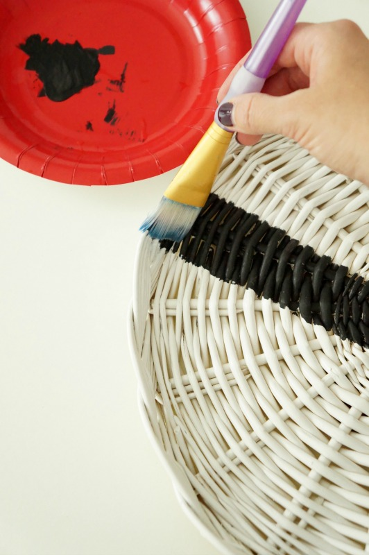 painted wicker chargers - see how this blogger transforms it into wall decor!