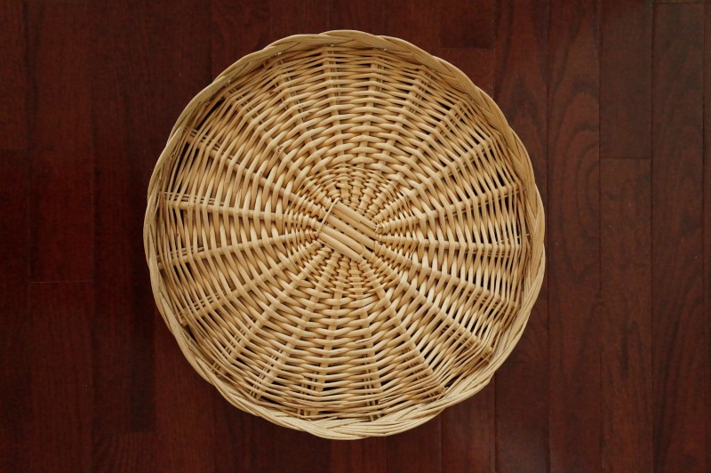 Plain wicker charger plate - see how this blogger transforms it into wall decor!