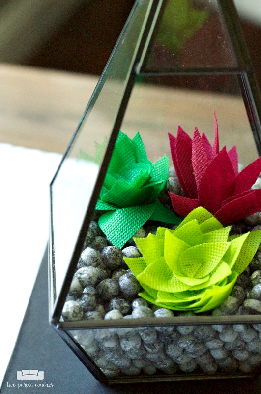 How to make a modern geometric faux succulent terrarium - love this easy and unique DIY home decor idea! Perfect for indoor decor or table centerpiece!