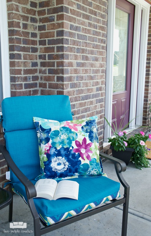 Summer porch decor - simple and cozy sitting area for your front entry