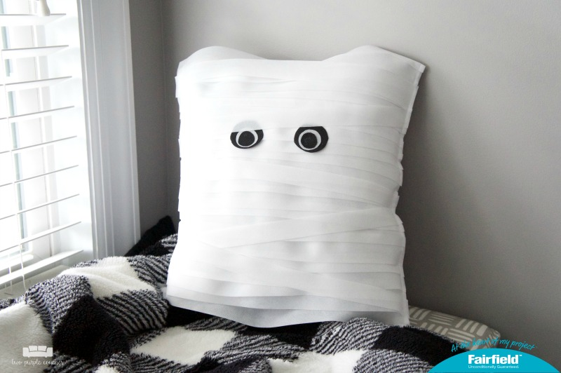 Adorable and easy DIY Mummy Pillow - perfect for Halloween decorating!