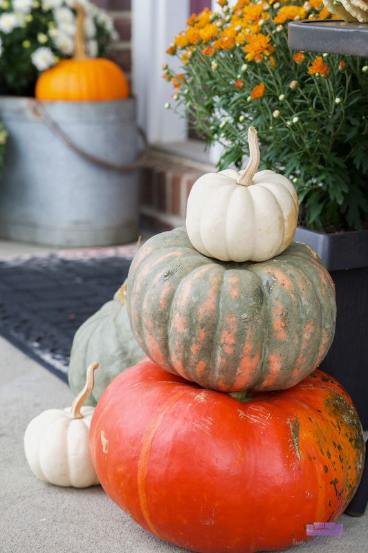 Love this cute pumpkin stack and the rest of this outdoor porch decor! I can totally do this on my own front porch for Fall!