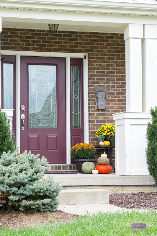 Simple fall planters of mums look so pretty for this Autumn outdoor porch decor